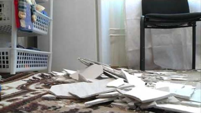Жительница дома 1 наул.Энтузиастов боится передвигаться подому из-западающей штукатурки.