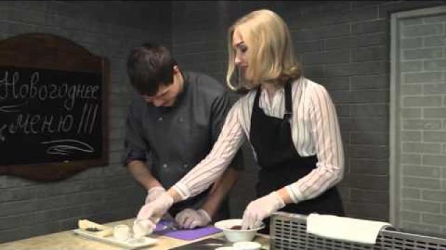 Шеф повар одного изресторанов раскрывает секрет, как можно приготовить новогодний стол занесколько часов.