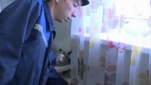 Сантехники ОАО«Уренгойжилсервис» проверяют наличие тепла вквартирах горожан
