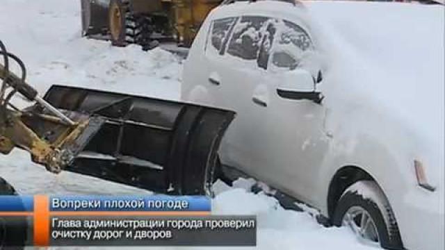 Глава администрации города проверил очистку дорог идворов.
