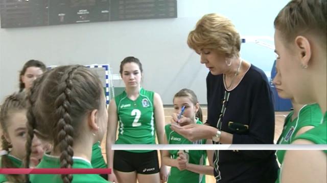 ВНовом Уренгое продолжается первенство Ямала поволейболу среди девушек.