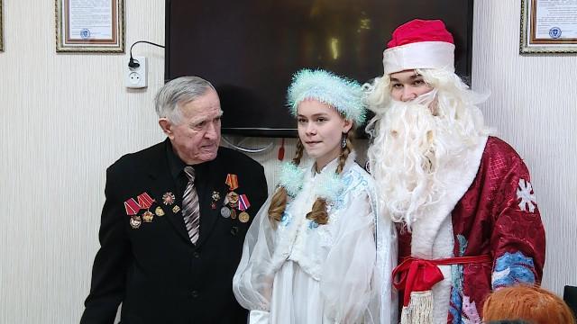 Представители партии «Единая Россия» совместно с волонтёрами поздравили ветеранов с Новым годом
