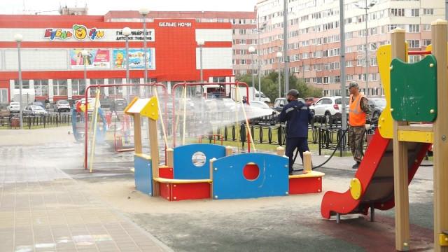 ВНовом Уренгое продолжается плановая дезинфекция детских спортивных площадок.