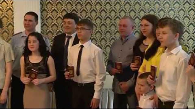 Впреддверии Дня России 10новоуренгойских подростков получили паспорта гражданинаРФ.
