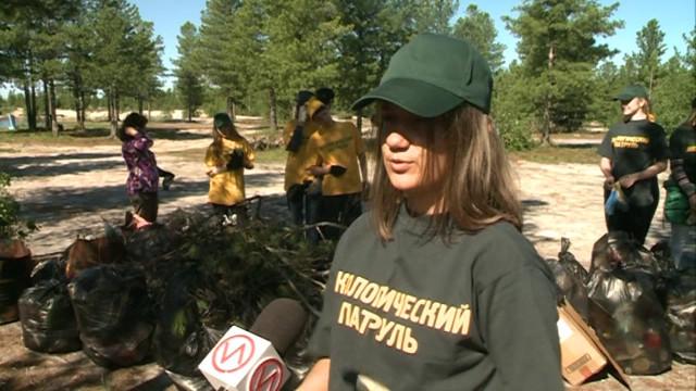 Подростки изтрудового отряда навели порядок уозера впоселке Путьрем района Коротчаево.