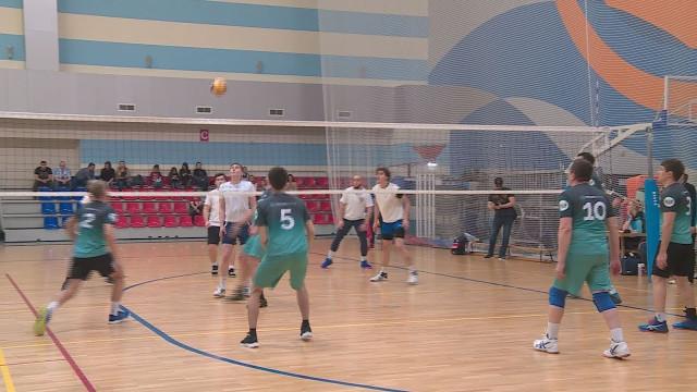 ВНовом Уренгое проходит благотворительный турнир наКубок Губернатора Ямала поволейболу