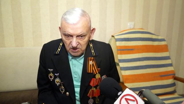 Глава Нового Уренгоя вручил ветеранам юбилейные медали