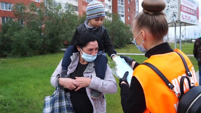 Волонтёры проекта «Северяне против коронавируса» раздают медицинские маски вобщественных местах итранспорте