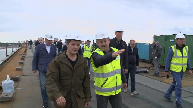 Губернатор ЯНАО побывал намосту через Пур ивручил ключи новосёлам