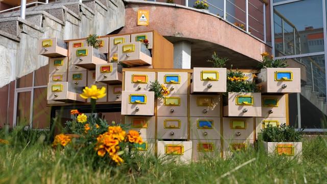 Отрук вандалов пострадала цветочная композиция, подготовленная коДню города.