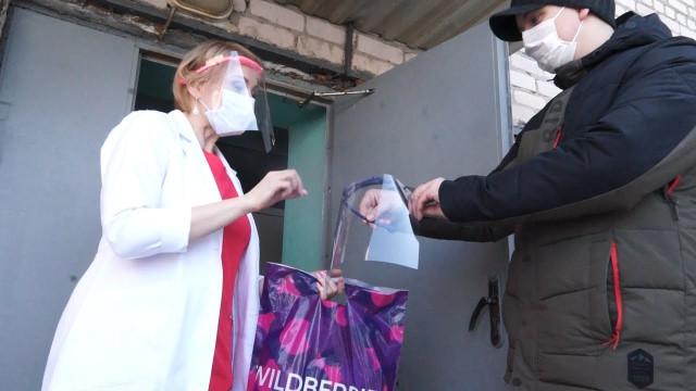 Новоуренгоец-энтузиаст передал для врачей маски, изготовленные на 3D принтере