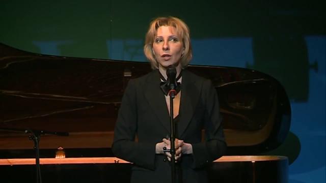 Российская актриса Юлия Рутберг выступила вНовом Уренгое соспектаклем-кабаре.