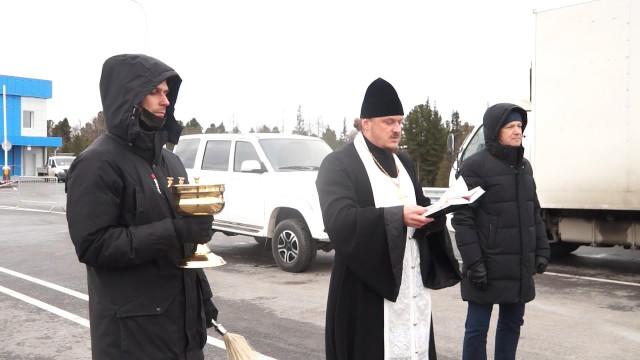 Строители оценили готовность моста через Пур, аиерей Илья Боровских провёл чин освящения