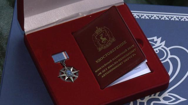 Ветеранам Севера вручают памятные медали кюбилею Ямала