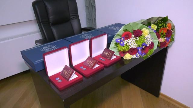 Попоручению главы региона Андрей Воронов вручил памятные знаки ветеранам Севера