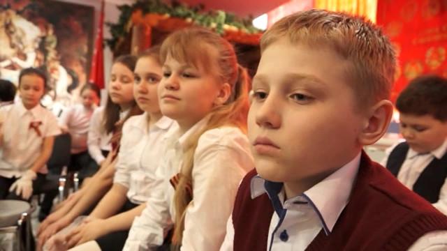 Учащиеся средней школы №16воссоздали копию знамени Победы.