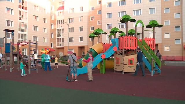 Общественники проверили безопасность детских площадок.