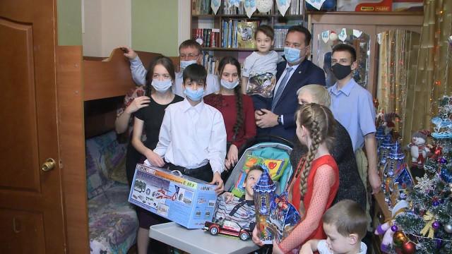 Дети особого внимания получили подарки, загаданные на«Елке заботы»