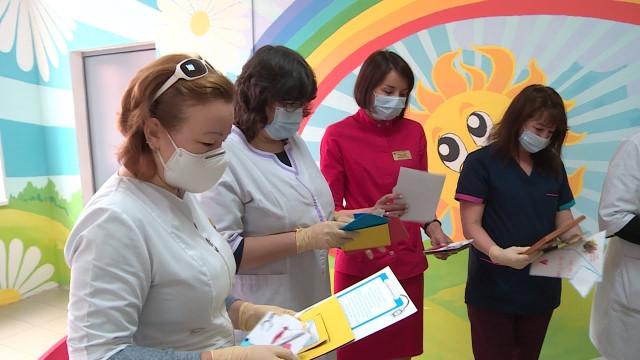 Воспитанники детских садов поздравили новоуренгойских медиков рисунками истихами