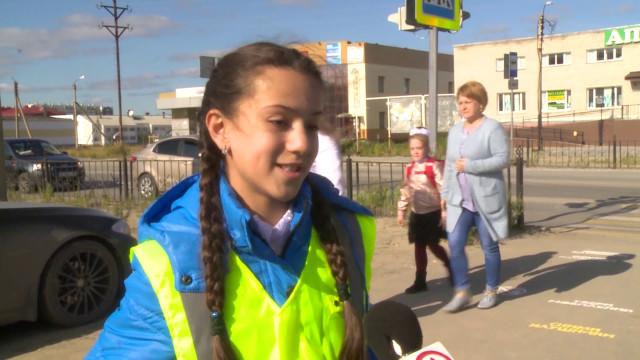 Юные инспекторы движения просят пешеходов быть внимательнее