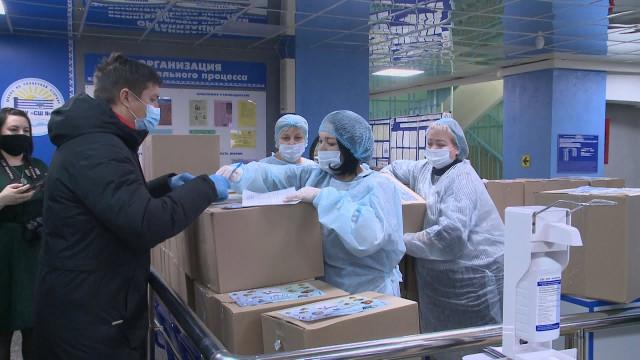 Школьники Нового Уренгоя начали получать продуктовые наборы