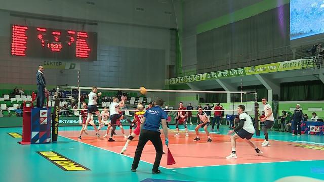 Надомашней площадке волейболисты «Факела» с«сухим» счётом проиграли «Уралу»