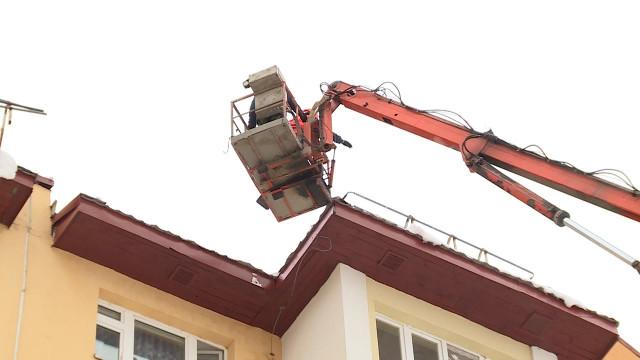 ВНовом Уренгое проверили, как управляющие компании чистят крыши отснега