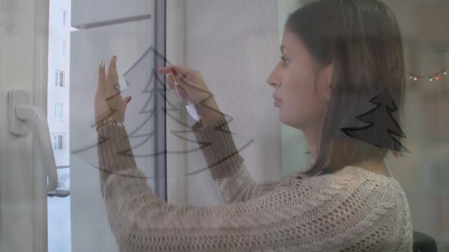 Новоуренгойцы начали украшать свои окна кНовому году