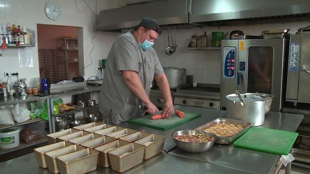 Вресторане «Золото Уренгоя» готовят обеды для ветеранов имногодетных семей