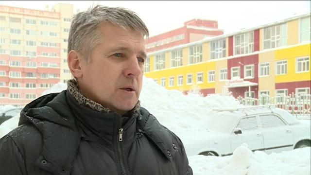 Новоуренгойцы жалуются на снежные горы во дворах