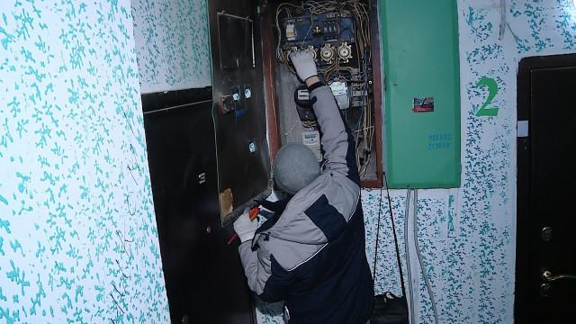 Специалисты АО«Уренгойжилсервис» отключают электроэнергию должникам