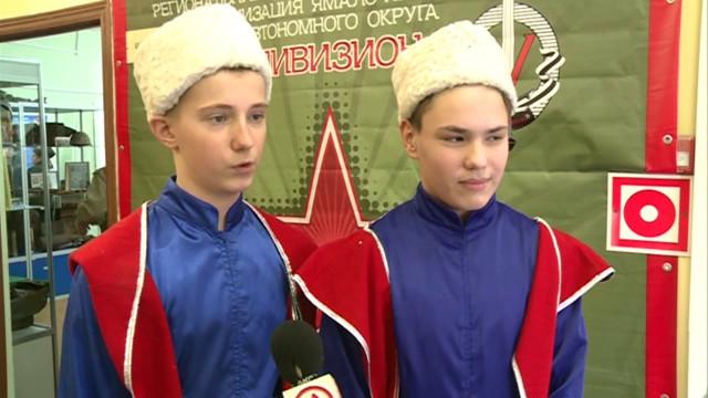 Восьмиклассники Нового Уренгоя показали свои вокальные иактёрские способности, исполнив песни военных лет.