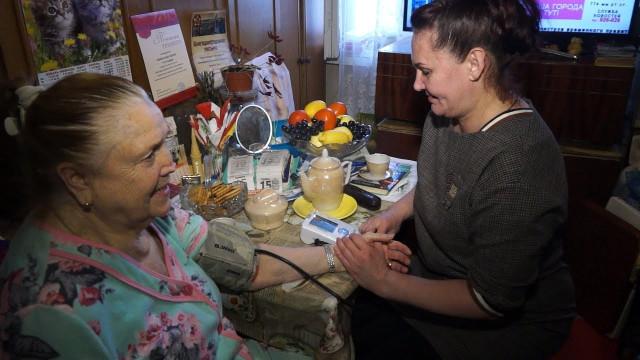 Соцработники ухаживают за пожилыми людьми