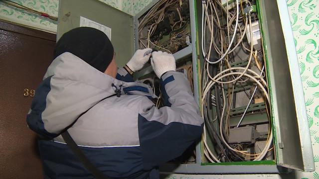Коммунальщики отключили квартиры должников отэлектричества