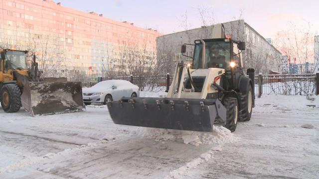 Чтобы очистить улицы идворы отосадков дорожники трудятся вдве смены