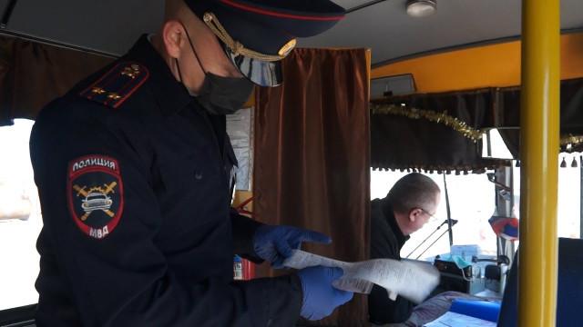 Автоинспекторы проверили, как водители автобусов соблюдают правила перевозки людей