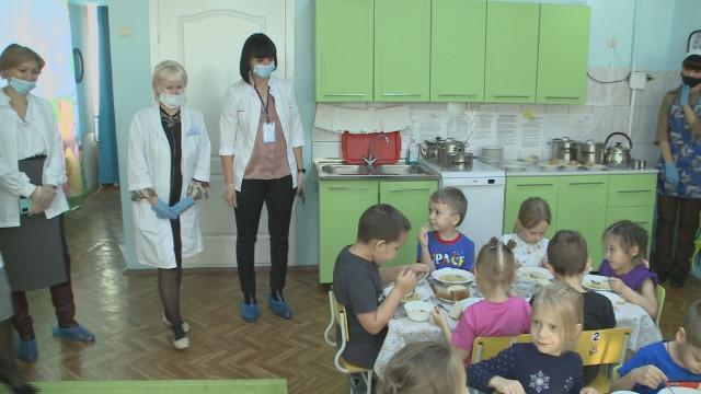 Активисты проекта «Здоровое питание» проверили, чем кормят малышей вдетских садах