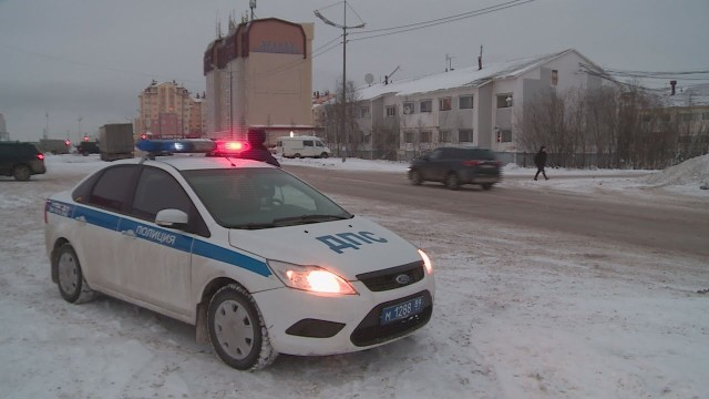 Автоинспекторы продолжают борьбу снарушителями правил напешеходных переходах