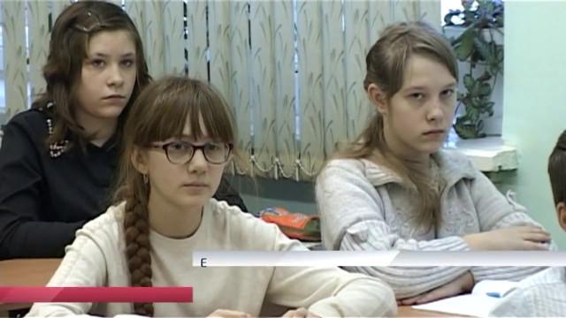Единственная средняя школа района Коротчаево отмечает пятнадцатый день рождения.