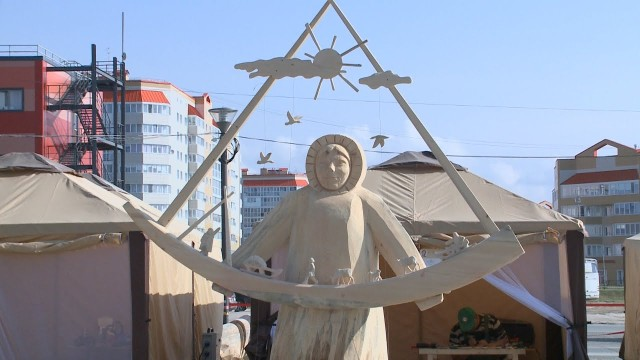 Мастера парковой скульптуры создают шедевры издерева