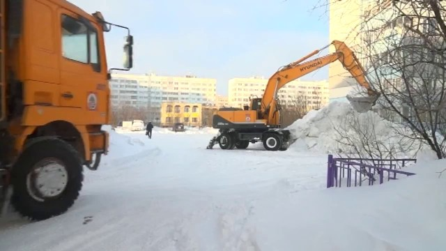 Дорожники очищают город отпоследствий снегопада.
